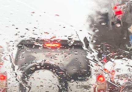 Samochód w czasie burzy - co robić?